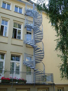 Fluchttreppe über 3 Geschosse an einem Mehrfamilienhaus in Berlin