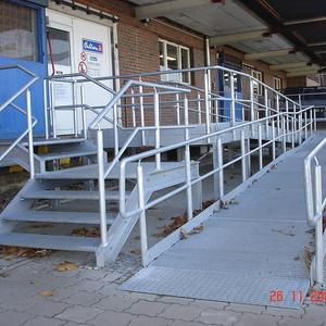 Rampenkonstruktion feuerverzinkt mit zusätzlichem Treppenzugang