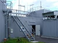 Treppen, Steigleiter mit Rückenschutz und Bedienpodest und Industriegeländer für eine Biogasanlage
