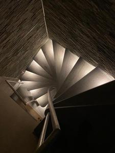 Raumspartreppe mit indirekter Beleuchtung